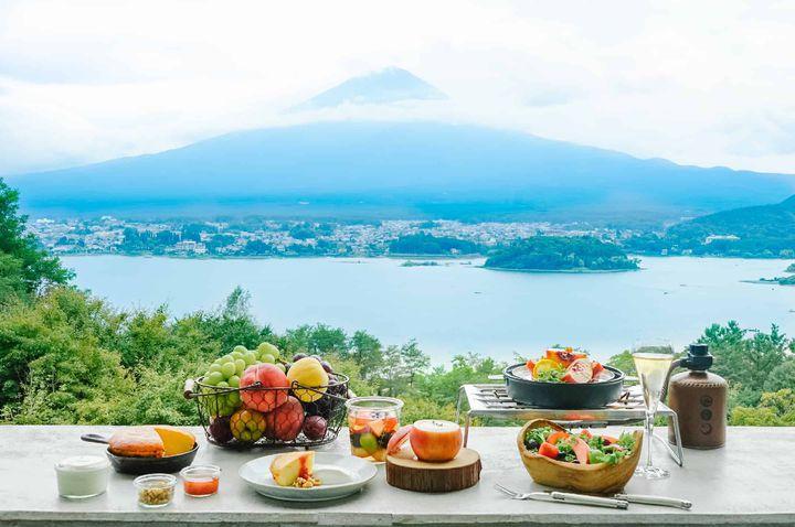 富士山の絶景を望むテラスにて。星のや富士にて「グランピングフルーツ朝食」開催