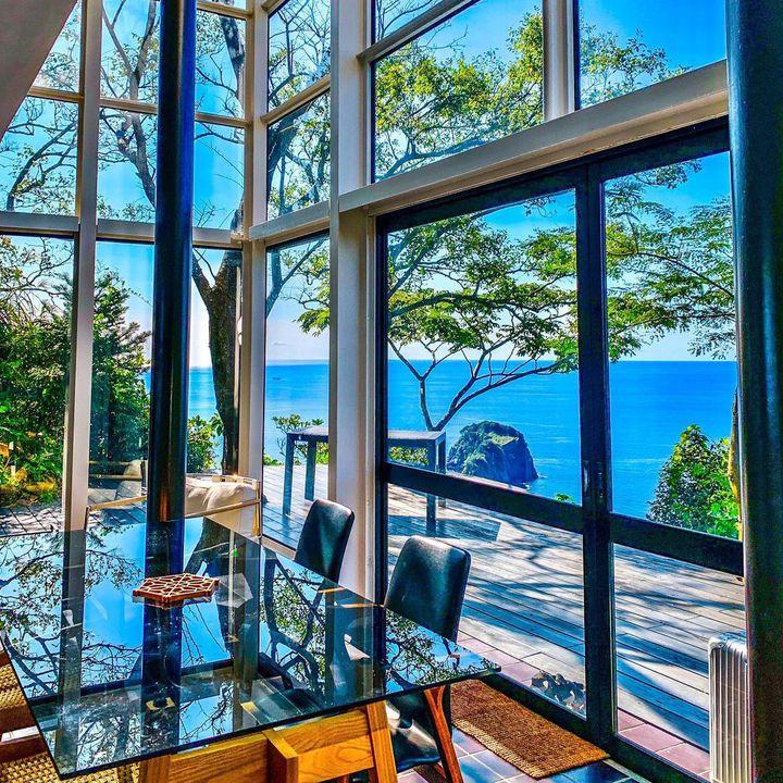 絶景に囲まれる贅沢体験!ガラス張りの空間が素敵な全国の宿を集めました