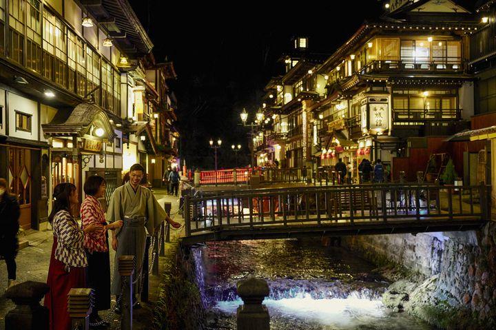 【開催中】幻想的な光に包まれる温泉街。山形県「銀山温泉 千年廻廊 2021」開催
